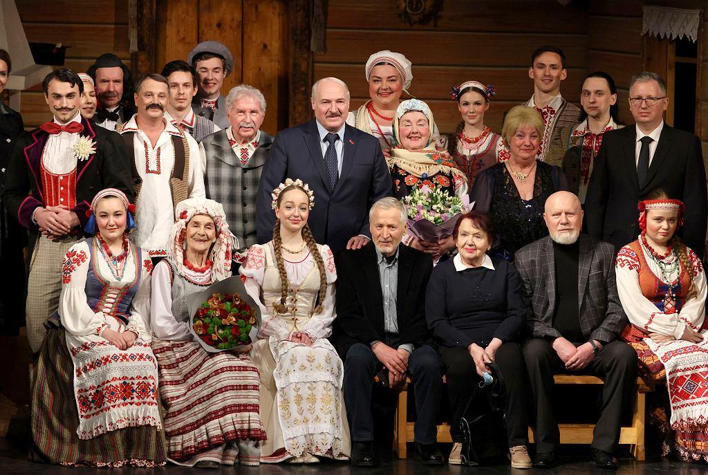 Prezydent Białorusi Aleksander Łukaszenka pozuje do zdjęcia z aktorami podczas wizyty w Teatrze Narodowym im. Janki Kupały w stołecznym Mińsku, 19 lutego 2021 r.