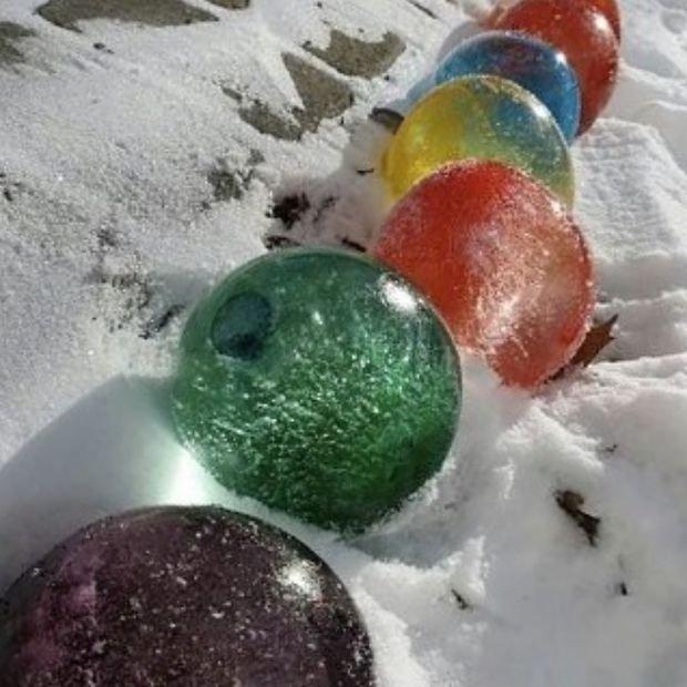 Zamrożone kolorowe kule