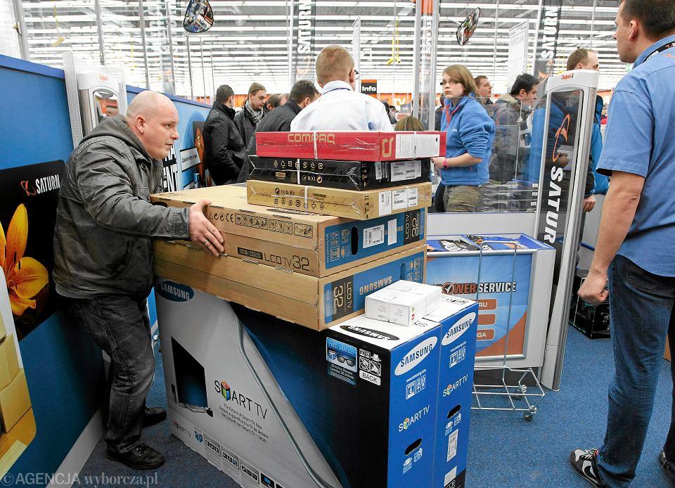 Klienci podczas otwarcia nowego marketu z elektroniką w CH 'Europa Centralna'. Gliwice, 27 lutego 2013
