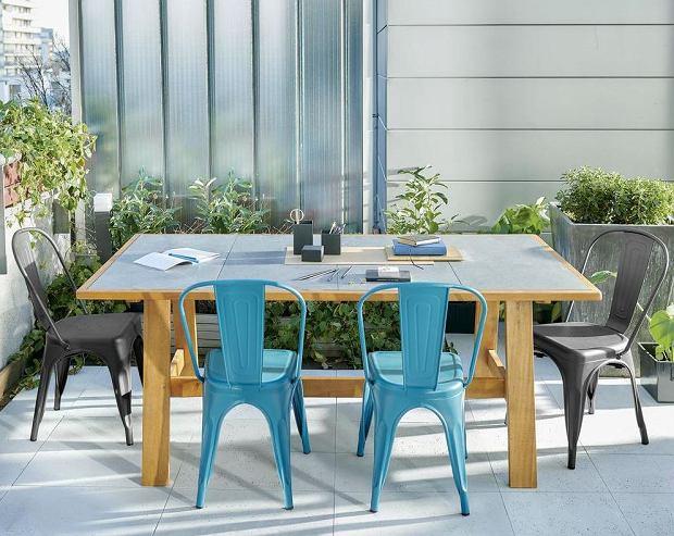 Kolorowe plastikowe krzesła ogrodowe