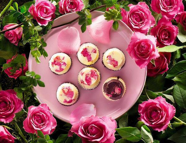 Czekoladki z białej i czarnej czekolady z płatkami róż