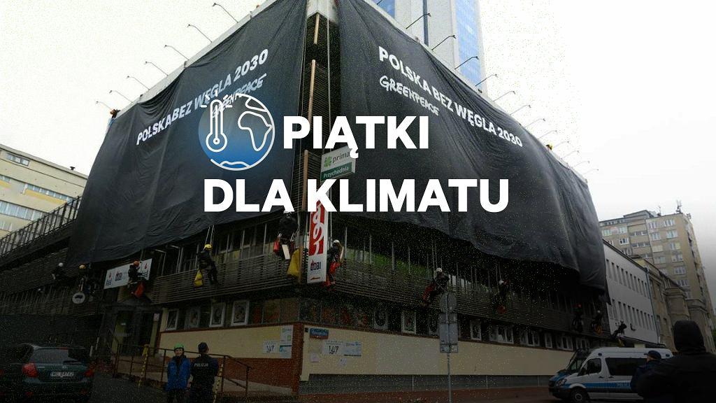 Piątki dla klimatu. Na zdjęciu: Aktywiści Greenpeace podczas akcji 'Polska bez Węgla 2030' zawiesili baner na siedzibie PiS przy ul. Nowogrodzkiej
