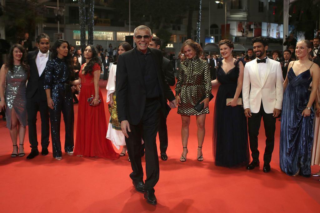 Reżyser Abdellatif Kechiche, a w tle jego aktorzy, przed pokazem 'Mektoub, My Love: Intermezzo' w Cannes