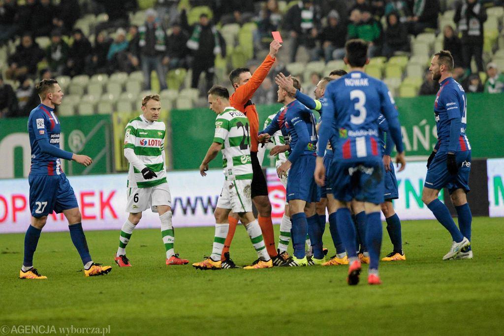 Lechia Gdańsk - Podbeskidzie Bielsko-Biała 5:0. Sędzia pokazuje czerwoną kartkę Markowi Sokołowskiemu