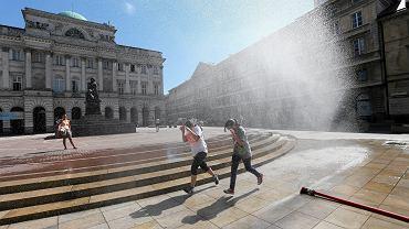 Kurtyny wodne podczas upału w Warszawie