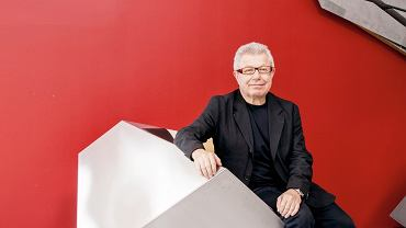 Daniel Libeskind - Jeden z najbardziej znanych i cenionych współczesnych architektów. Urodził się w Łodzi w 1946 roku, w wieku 11 lat wyemigrował z rodzicami początkowo do Izraela, potem do Stanów Zjednoczonych. Zaprojektował między innymi Muzeum Żydowskie w Berlinie, Muzeum Wojskowo-Historyczne Bundeswehry w Dreźnie i apartamentowiec Złota 44 w Warszawie. Jest również współautorem projektu największego z budynków postawionych na miejscu zburzonego kompleksu World Trade Center w Nowym Jorku oraz projektantem Sapphire, apartamentowca budowanego właśnie w Berlinie - jego wizualizacja znajduje się na okładce niniejszego dodatku.