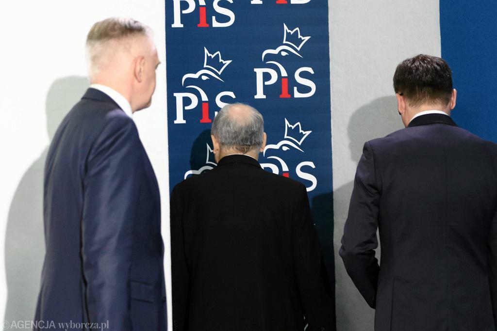 Jarosław Gowin, Jarosław Kaczyński i Zbigniew Ziobro po konferencji prasowej Liderów Zjednoczonej Prawicy. Warszawa, 21.10.2017 r.