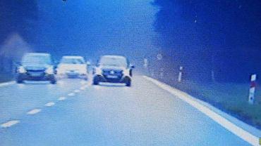 Volkswagen jadący na czołowe zderzenie z policyjnym bmw.