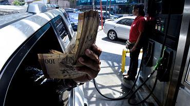 W ub. r. weszły w życie podwyżki paliwa, które jest tańsze od wody. Prezydent Maduro chciał w ten sposób zwalczyć gigantyczny przemyt benzyny