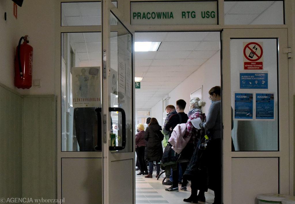 Tym razem to nie kolejka chetnych do szczepienia przeciw COVID-19. Pracownia RTG w przychodni specjalistycznej w Olsztynie, 15.03.2021.