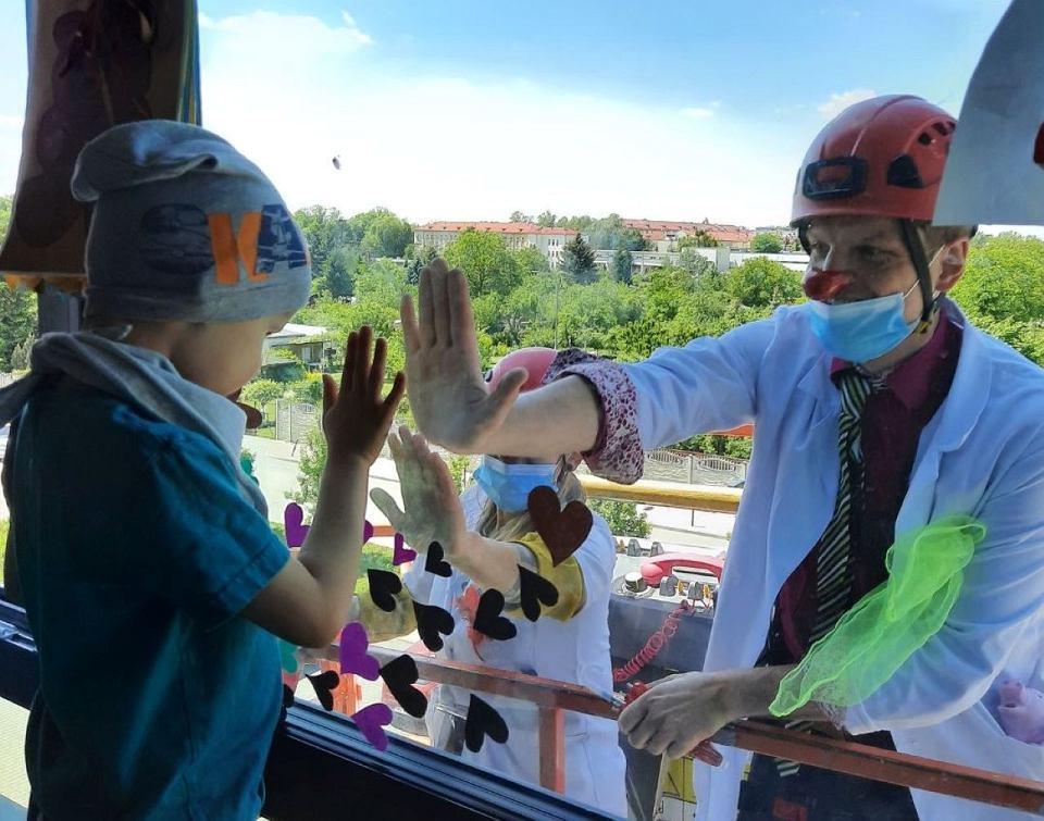 Dzień Dziecka w czasie koronawirusa: akcja 'Uśmiech przez okno' w Przylądku Nadziei