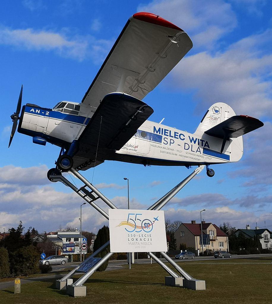 Pomnik Antka, samolotu, którym pilot Waldemar Miszkurka obleciał świat