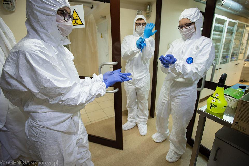 Ekipa pobierająca wymazy od osób podejrzanych o zakażenie COVID-19