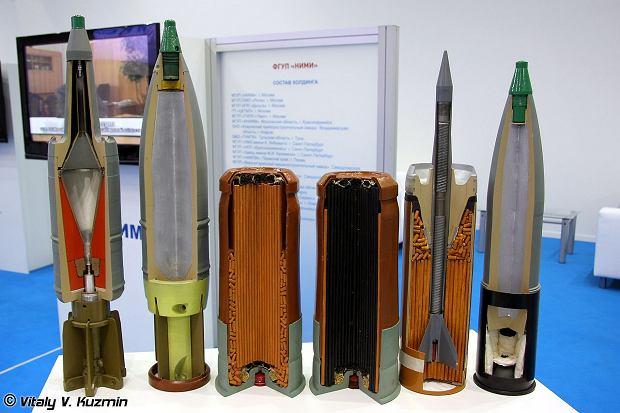 Przekroje przez przykładowe naboje do czołgowej armaty kalibru 125mm. Drugi od prawej nabój przeciwpancerny. Do wrogiego czołgu dolatuje wyraźnie widoczna metalowa 'strzała'