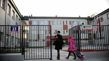 Nowo wybudowana szkoła podstawowa w Wesołej. W każdej sali zawisną krzyże