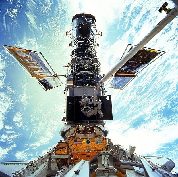 Astronauci serwisujący teleskop Hubble'a w 1999 roku