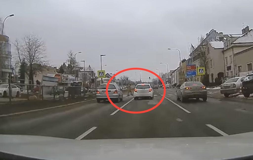 Kierowca prawie potrąca pieszego