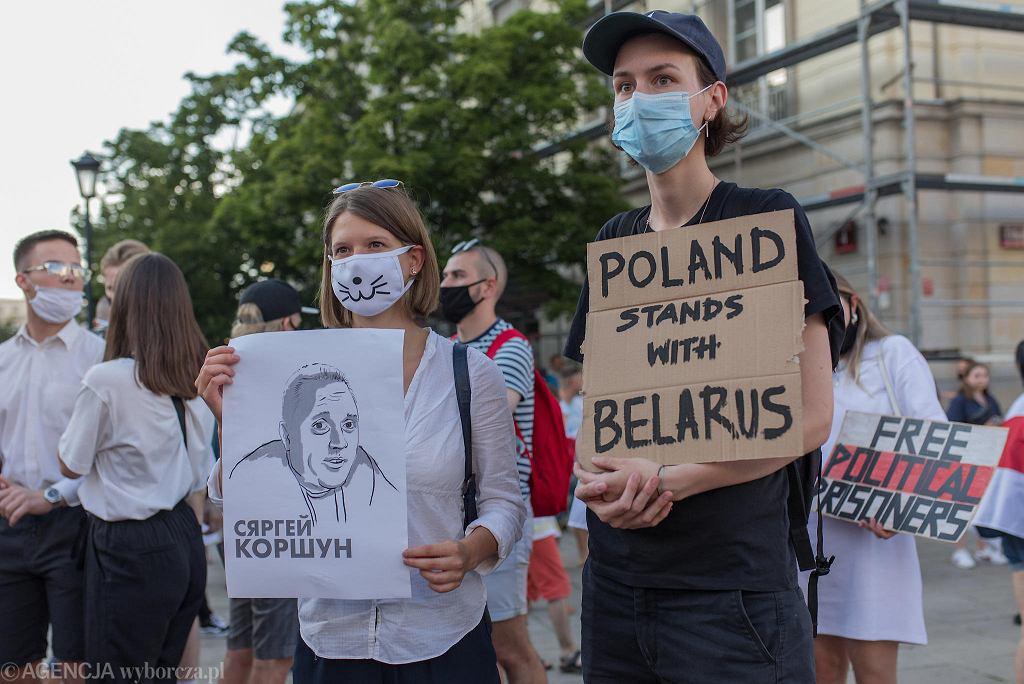 Protest pod hasłem 'Wolna Białoruś' przy pomniku Mikołaja Kopernika w Warszawie