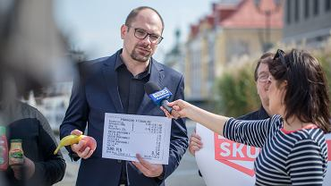 Marcin Sawicki, kandydat podlaskiej listy komitetu Skuteczni Piotra Liroya-Marca przed konferencją prasową zrobił zakupy - w osiedlowym sklepie