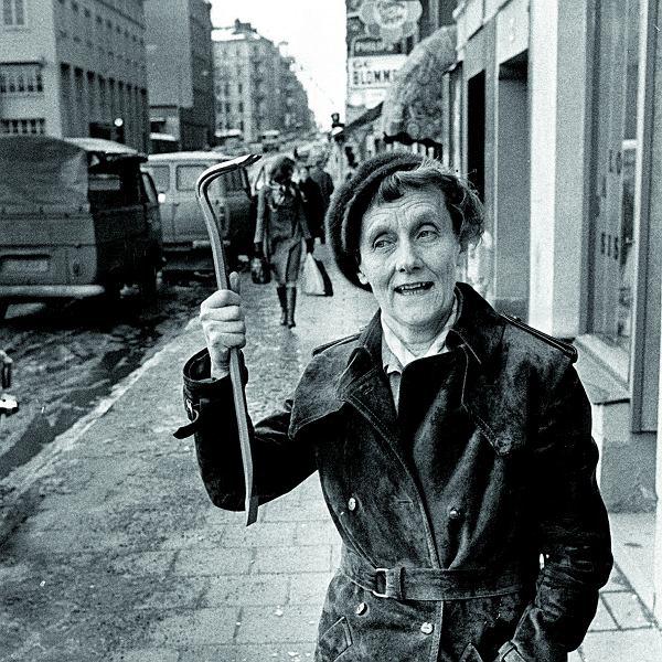 'To jest wspaniałe! Teraz mogę sobie chodzić po mieście i bumelować'  - cieszyła się, gdy dostała różowego walkmena w prezencie od gazety 'Expressen'