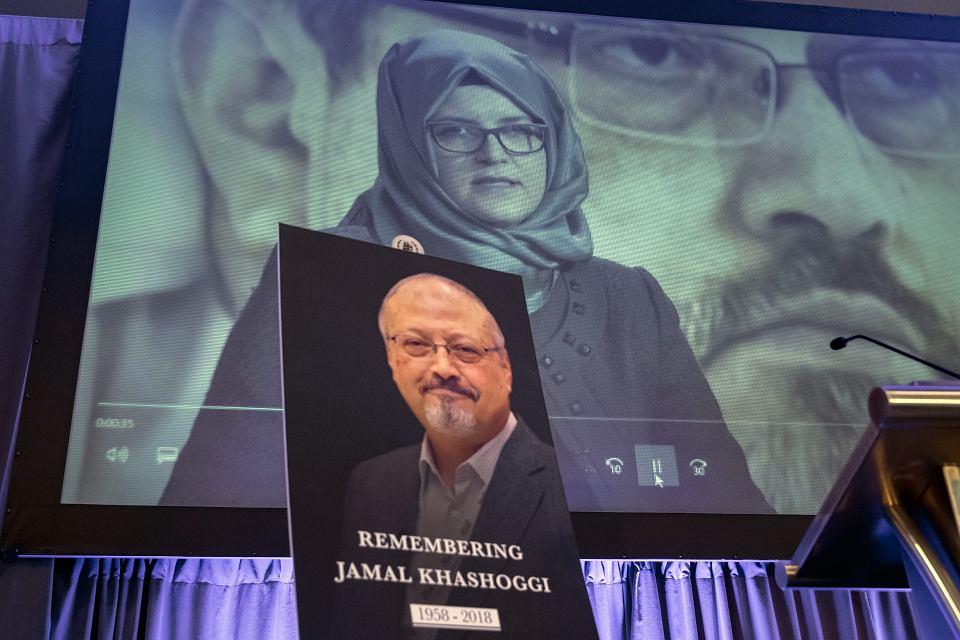 Narzeczona Dżamala Khashoggiego i jego portret. Uroczystość upamiętniająca zamordowanego dziennikarza. Waszyngton, 2 października 2018