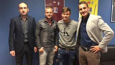 Od lewej: prezes Lecha Poznań Karol Klimczak, menadżer Tomasz Magdziarz, Karol Linetty, wiceprezes Lecha Piotr Rutkowski.