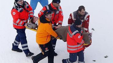Thomas Morgenstern opuszcza skocznię na noszach po wypadku podczas pierwszej serii skoków w zawodach PŚ w Titisee-Neustadt