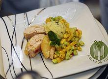 Pierś z kurczaka po hawajsku z cytrynowo-miętowym puree ziemniaczanym i orzeźwiającą sałatką - ugotuj