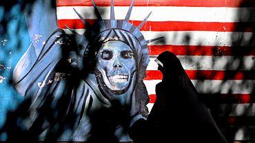 Graffiti przedstawiające Statuę Wolności na murze dawnej ambasady amerykańskiej w Teheranie.