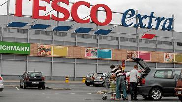 Parking samochody przed sklepem Tesco Extra w Lublinie.