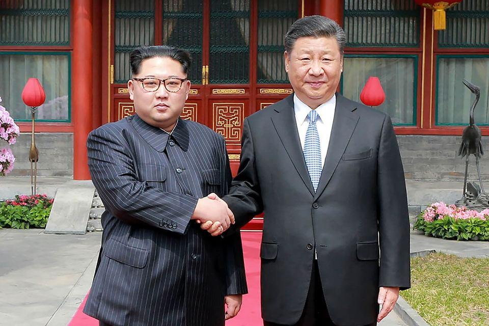 Przywódcy Korei Północnej Kim Dżong Un i Chin Xi Jinping podczas spotkania w Pekinie, 27 marca 2018.