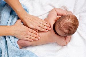 Relaksuje, ale może też pomagać - masaż naszego maluszka