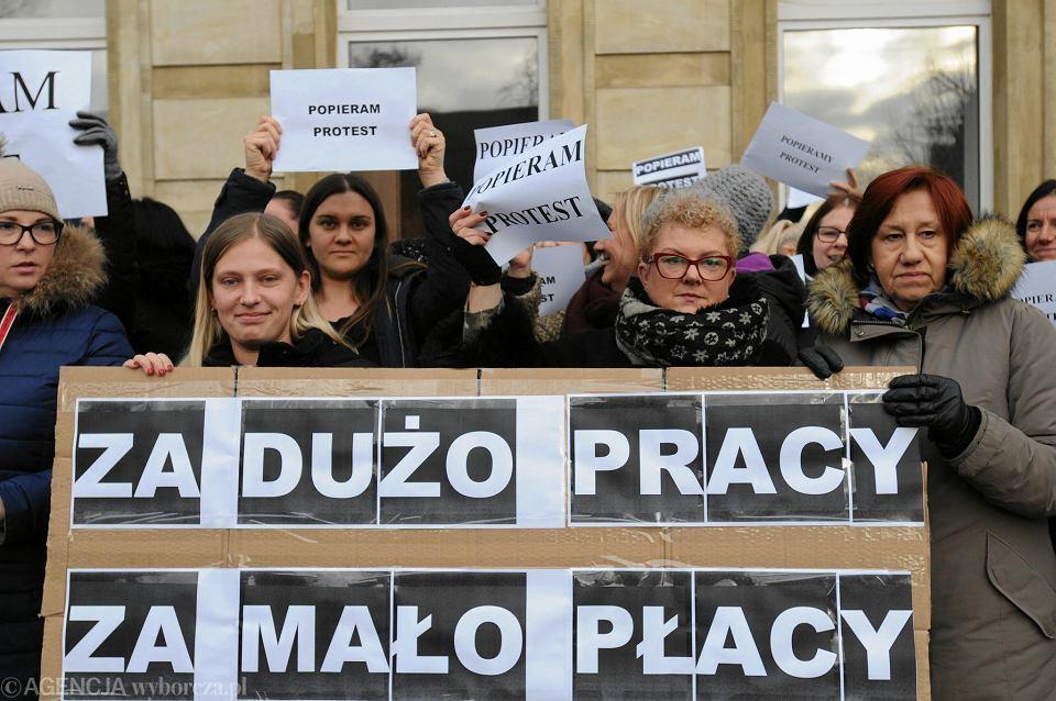 Protest pracowników sądowych pod szczecińskim sądem. 13 grudnia 2018 r.