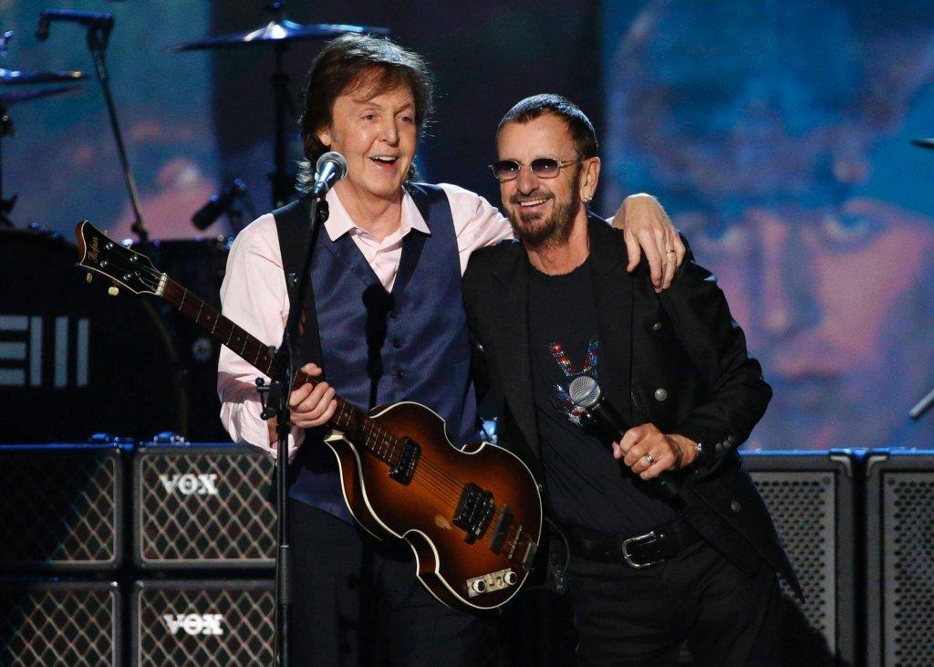 Los Angeles, 27 stycznia 2014. Paul McCartney (P) i Ringo Starr (l) koncertują podczas nagrania programu