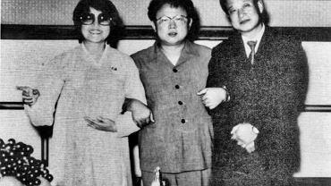Kim Dżong Il (1941-2011) z Czoi (ur. 1926) i Szinem podczas przyjęcia w marcu 1983 r. Było to pierwsze spotkanie całej trójki, zaraz po zwolnieniu reżysera z północnokoreańskiego więzienia.