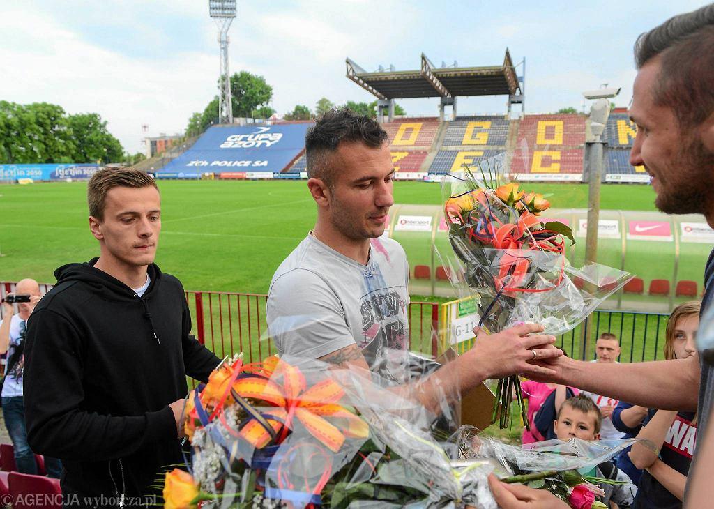 Maksymilian Rogalski i Radosław Janukiewicz na pożegnaniu z kibicami Pogoni