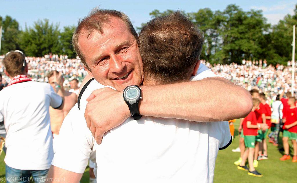 Dyrektor Zagłębia Sosnowiec Robert Stanek świętuje awans do pierwszej ligi.