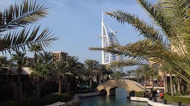 Burdż al-Arab to w oficjalnej skali hotelowej obiekt pięciogwiazdkowy. Jednak ze względu na luksusy jakie oferuje nazywany jest hotelem siedmiogwiazdkowym, oferującym najlepszy serwis na świecie