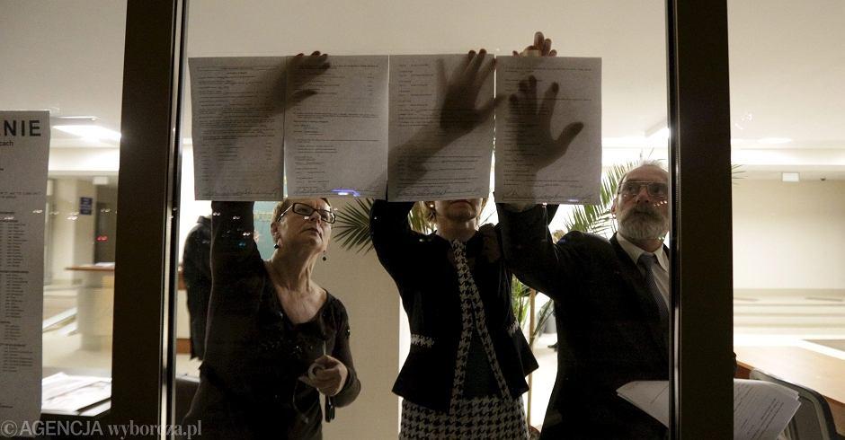 Wybory samorządowe, członkowie komisji wywieszają wyniki