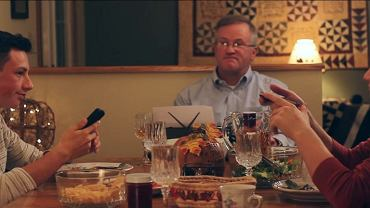 Rodzinny obiad (Fot. Youtube.com/Matthew Abeler)
