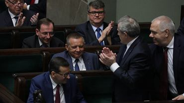 Marian Banaś oklaskiwany przez pisowskich oficjeli. Właśnie wybrali go na prezesa PiS. Warszawa, 30 sierpnia 2019