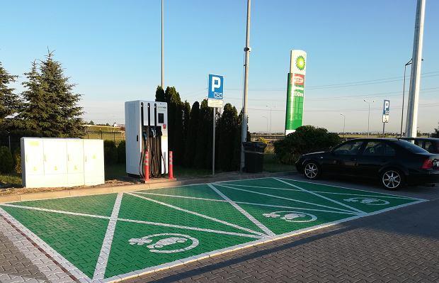 Stacja ładowania samochodów elektrycznych firmy GreenWay Polska na stacji paliw Orlen przy węźle Brzeg Młodoszowice