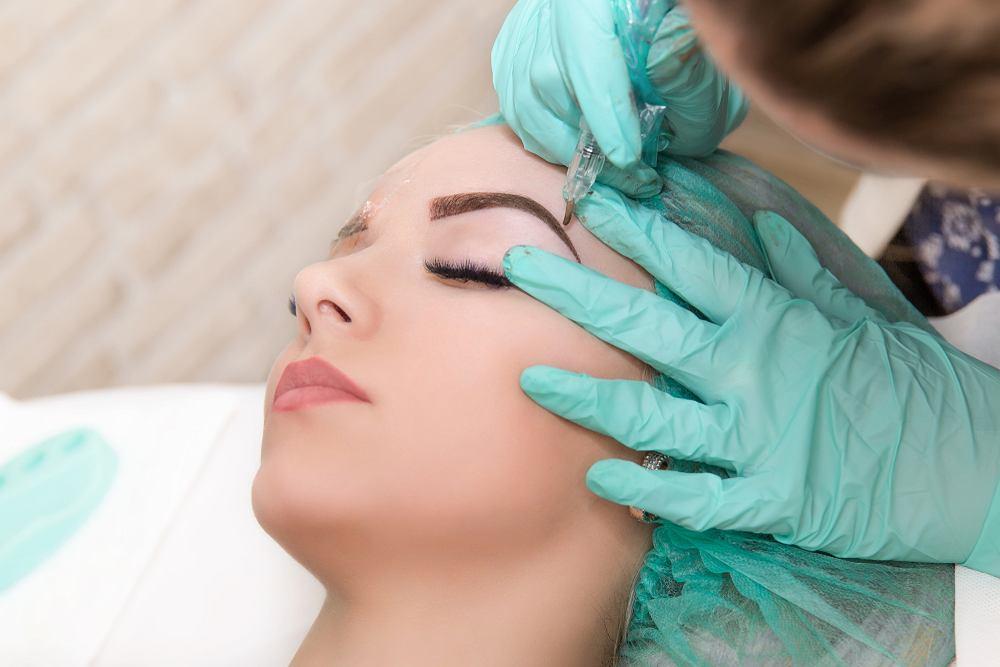 Microblading to popularny w ostatnim czasie makijaż brwi.