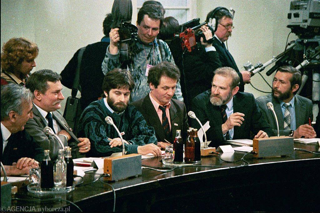 Obrady Okrągłego Stołu, 1989 r. T. Mazowiecki, L. Wałęsa, W. Frasyniuk, Z. Bujak, B. Geremek (fot. Krzysztof Miller/AG)