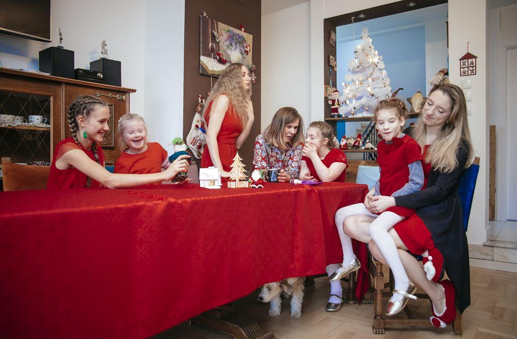 Od lewej: Angela, Asia, Weronika, Beata, Aga. Ania trzyma na kolanach Nikolę. A pod stołem suczka Lili