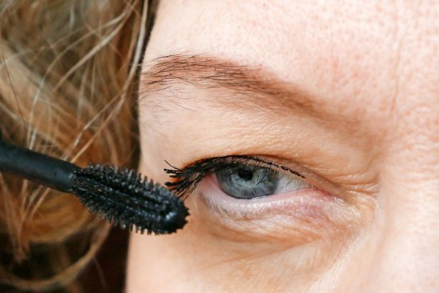 DMiddle-aged,Woman,Does,Corrective,Eye,Makeup,To,Correct,The,Drooping