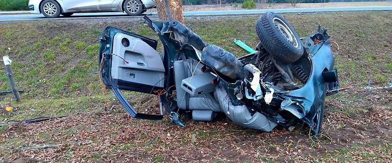 Śmiertelny wypadek koło Szczytna. Zginął 19-latek, auto pękło na pół