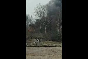 Słup ognia w kontenerze z oponami w Koziegłowach