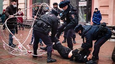 Moskwa, funkcjonariusze policji zatrzymują działacza opozycji Pawła Krysewicza po jego akcji poparcia dla przywódcy rosyjskiej opozycji Aleksieja Nawalnego. 24.01.2021.