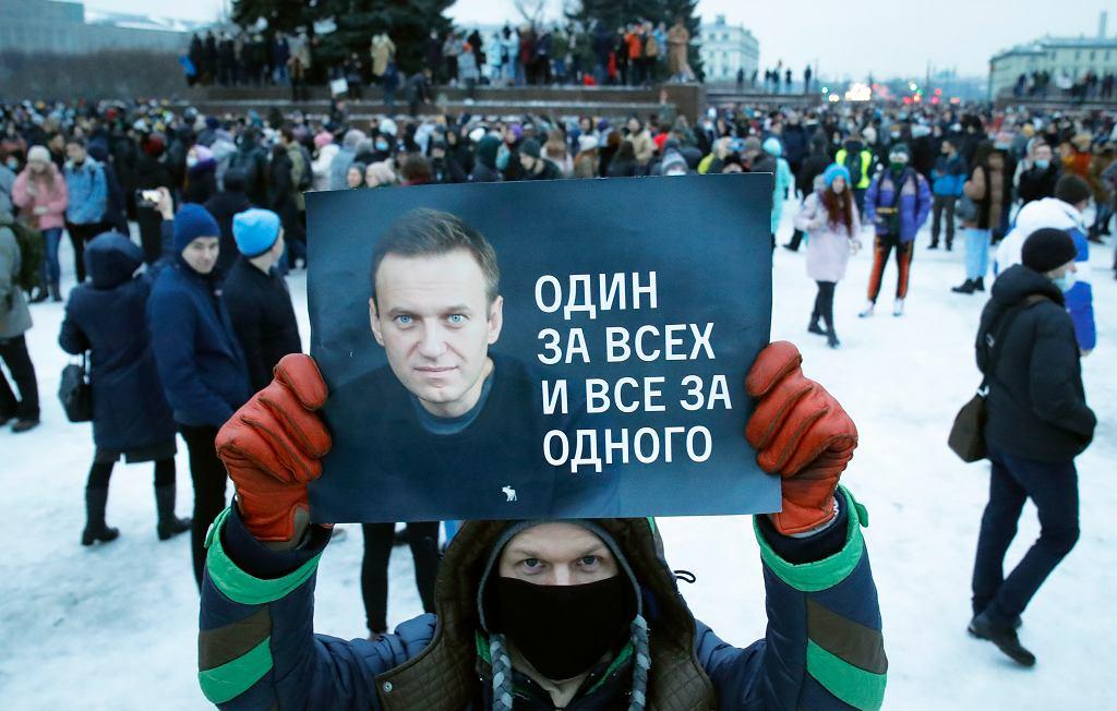 Protest w St Petersbutgu, 23 stycznia 2021. Na plakacie, obok zdjęcia Aleksieja Nawalnego, hasło 'jeden za wszystkich, wszyscy za jednego'